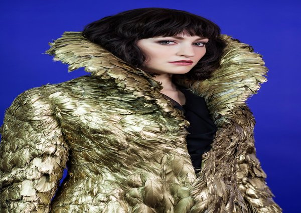 rsz_3_carly_bawden_as_dahlia_in_mcqueen_credit_specular_1 600x425